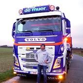 🌀FRANK DE MUER🌀 💪Armé pour le béton !💪 Article : Hugo DUBOIS  Dans le nouveau numéro Trucking Style N°43 - Disponible en presse le 23 avril 2021 -  Hugo a rencontré pour vous Mathhijs DE MUER qui nous ouvre les portes de l'entreprise de son père, Frank DE MUER (Watou, Belgique) et que nous accompagnons le temps d'une matinée à bord de son camion : un VOLVO FH4 500 6X4 !   La société Frank DE MUER est installée à Watou, en Flande Occidentale en Belgique et spécialisée dans les Travaux Publics ainsi que la construction de manèges à chevaux dans des écuries.   Découvrez, vous aussi, leur histoire en intégralité dans le nouveau numéro, Trucking Style N°43 - Disponible à en presse le 23 avril 2021 !  Hugo DUBOIS, WELCOME ! 😘